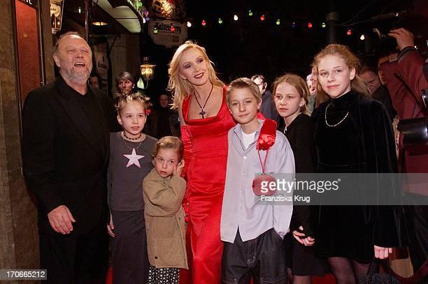 Regisseur + Produzent Joseph Vilsmaier, Tochter Theresa, Tochter Josefina, Die Hauptdarstellerin Katja Flint Ihr Sohn Oscar Flint + Freundin Martha +...