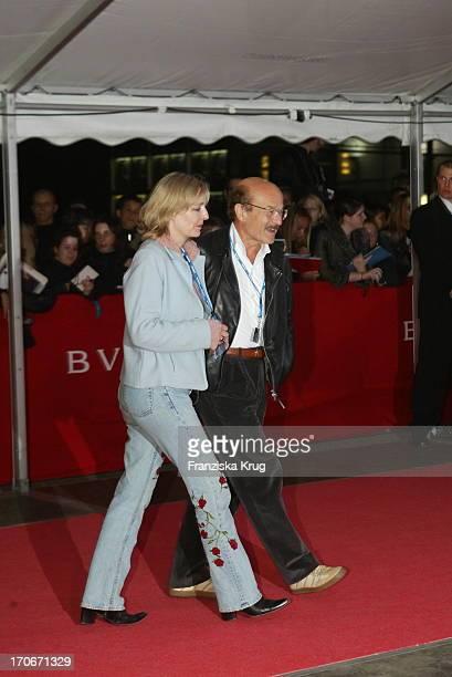 Regisseur Volker Schlöndorff Mit Seiner Ehefrau Angelika Bei Der Premiere Von Minority Report In Berlin 260902