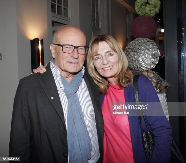 Regisseur Volker Schlöndorff und Ehefrau Angelika aufgenommen auf der Premierenparty vom Theaterstück Entartete Kunst im Hotel am Steinplatz in...