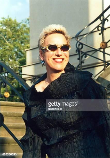 Regisseurin Schriftstellerin D Porträt mit Sonnenbrille