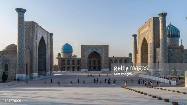 registan square with imposing madrasa buildings, ulugh beg madrasah, sher-dor madrasah and the tilya kori madrasah, samarkand. - oezbekistan stockfoto's en -beelden