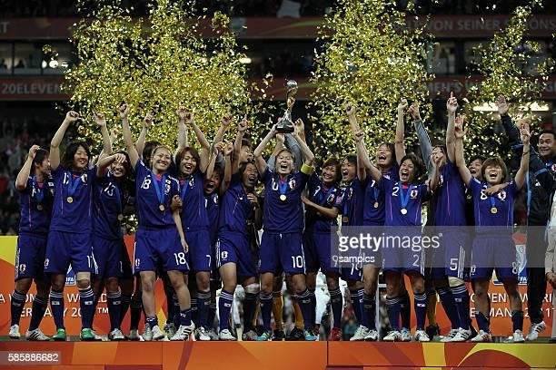 Regt den WM Pokal stolz in den Abendhimmel Homare Sawa Japan mit ihrer Mannschaft Finale final Japan - USA FifA Frauen Fussball WM Weltmeisterschaft...