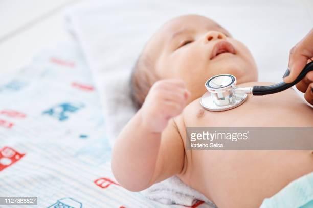 chequeos regulares para el bebé son vitales - cardiólogo fotografías e imágenes de stock