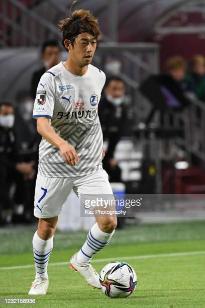 Rei Matsumoto of Oita Trinita dribbles the ball during the J.League Meiji Yasuda J1 match between Vissel Kobe and Oita Trinita at Noevir Stadium Kobe...