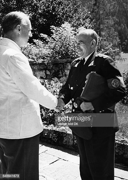 Reichsaussenminister Joachim v Ribbentrop begrüsst den rumänischenMinisterpräsidenten Ion Gigurtu aufSchloss Fuschl am Fuschlsee