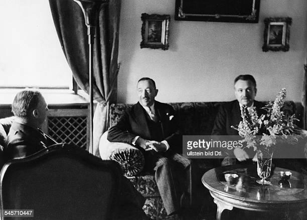 Reichsaussenminister Joachim v Ribbentrop im Gespräch mit dem bulgarischenMinisterpräsidenten Bogdan Filoff und dem bulgarischen Aussenminister...