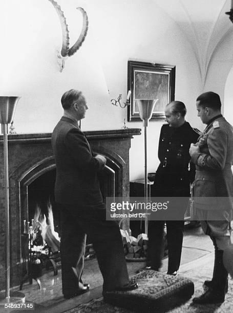 Reichsaussenminister Joachim v Ribbentrop im Gespräch seinen Amtskollegenaus Spanien Ramon Serrano Suner und aus Italien Galeazzo Graf Ciano auf...