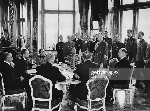 Reichsaussenminister Joachim v Ribbentropwährend seiner Ansprache nach derUnterzeichnung des Grenzvertrages zwischenUngarn und Rumänien im Oberen...