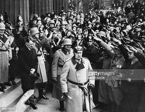 Reichspräsident Paul von Hindenburgverlässt nach der Kranzniederlegungdas Ehrenmal Unter den Linden in Berlin.Hinter ihm sein Sohn Oskar von...