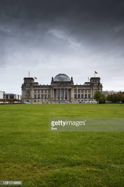 reichstag building (german parliament building) - berlin, germany - reichstag stock-fotos und bilder