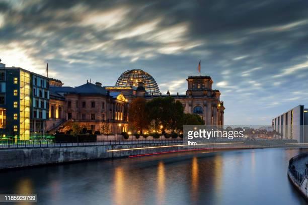 reichstag building - german parliament building (deutscher bundestag) - ereignis atmosphäre stock-fotos und bilder