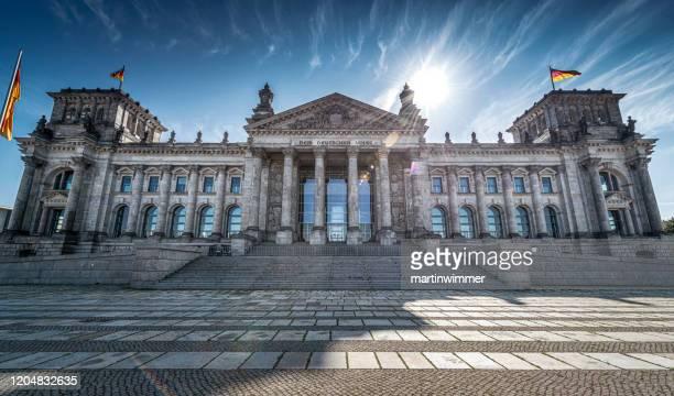 reichstagsgebäude in berlin - demokratie stock-fotos und bilder