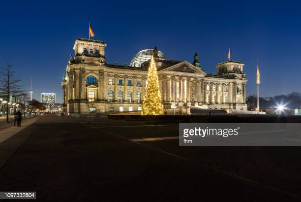 reichstag building with christmas tree - german parliament building - (berlin, germany) - bundestag stock pictures, royalty-free photos & images