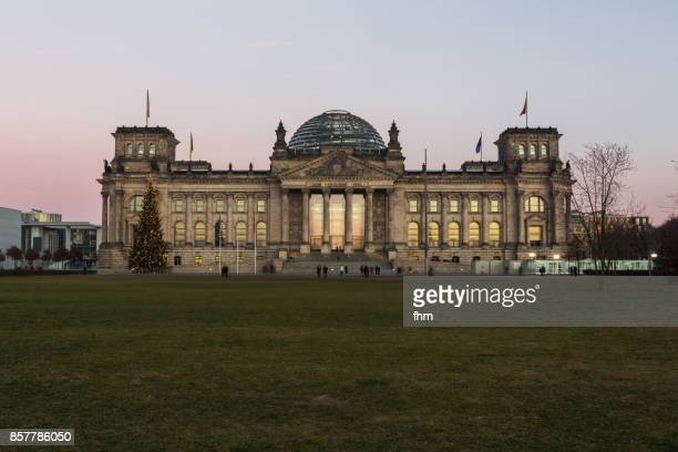 reichstag sunset (german parliament building) - berlin, germany - bundestag stock-fotos und bilder