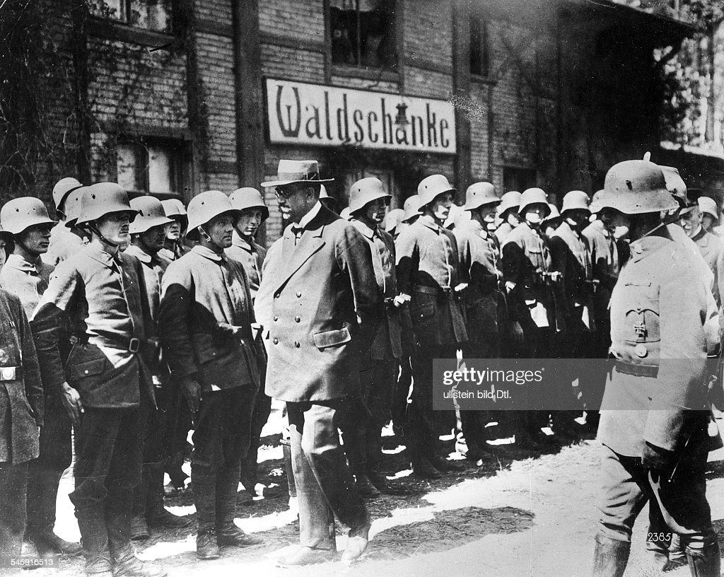 Reichswehrminister Noske beimAbschreiten der Front der... News Photo ...