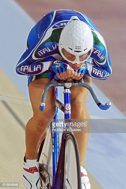 Reigning Olympic champion Italian Antonella Bellutti speeds 17 September 2000 on the track of the Dunc Gray Velodrome during the women's individual...