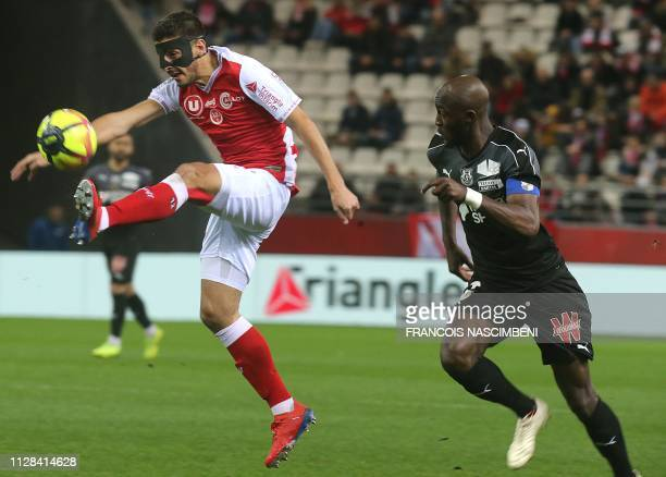 Reims' Argentin forward Pablo Chavarria vies with Amiens' defender Prince Gouano during the French L1 football match between Reims and Amiens on...