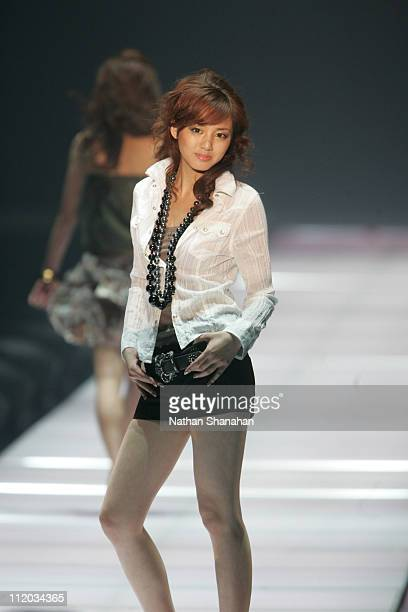 Reina wearing NUOVO by ABC MART during the Tokyo Girls Collection by girlswalkercom 2006 Spring/Summer