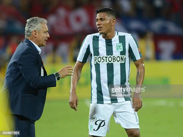 Reinaldo Rueda coach of Nacional gives instructions to Alexander Mejia of Nacional during a first leg match between Independiente Medellin and...