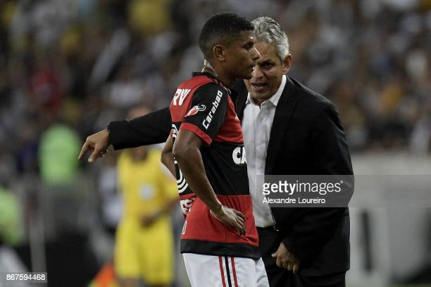 Reinaldo Rueda head coach of Flamengo talks with Marcio Araujo during the match between Flamengo and Vasco da Gama as part of Brasileirao Series A...