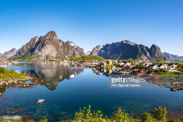 reine fishing village in lofoten norway - finn bjurvoll stockfoto's en -beelden