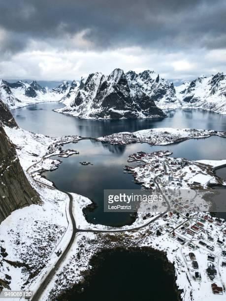 reine - lofoten islands bay in northern norway - norvegia foto e immagini stock