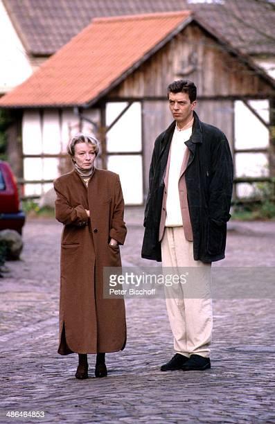 """Reiner Heise, Karin Anselm, ZDF-Serie """"Verschollen in Thailand"""", Folge 2 """"Das verschwundene Kreuz"""" am , Fischerhude, Deutschland."""
