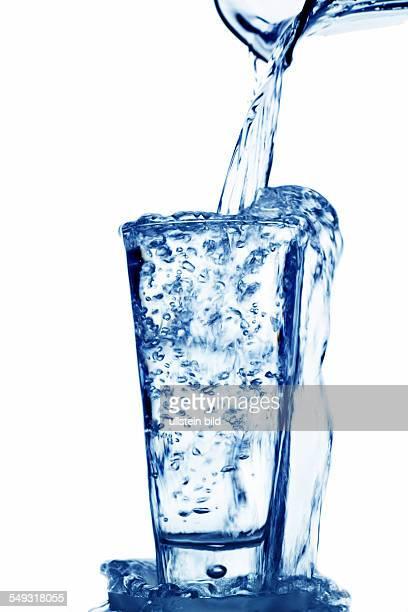 Reines und sauberes Wasser wird in ein Glas eingefüllt Trinkwasser im Wasserglas