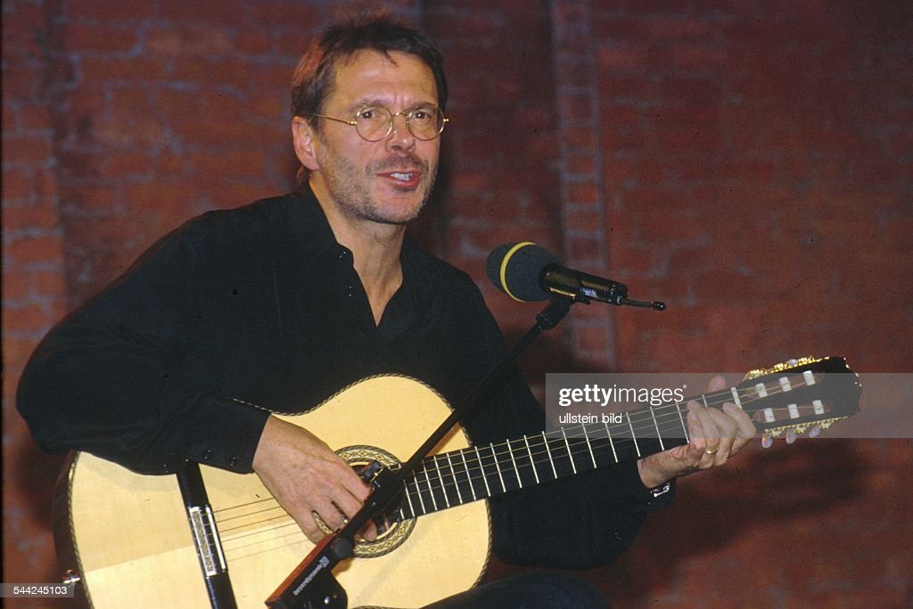 Reinhard Mey *21.12.1942-Singer, songwriter, composer, musician, balladeeron stage- 1990ies /english> : News Photo