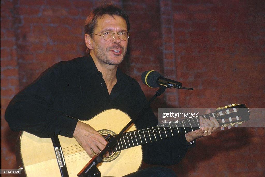 Reinhard Mey *21.12.1942-Singer, songwriter, composer, musician, balladeeron stage- 1990ies /english> : Nachrichtenfoto