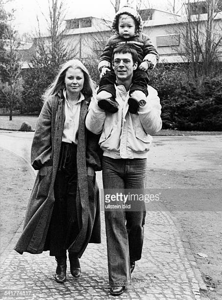 Reinhard Mey *Singer songwriter composer musician balladeerwith his wife Hella and son Frederick 1978