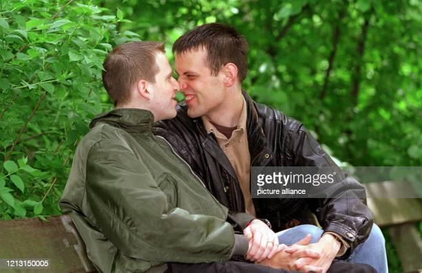 Reinhard Saß und Felix Krüger turteln am 351999 auf einer Parkbank in Hamburg Die beiden Männer die seit zweieinhalb Jahren ein Paar sind werden am...