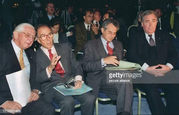 Reinhold Kreille Präsident der GEMA EUKommissar Marcelino Oreja Aguirre der bayerische Staatsminister Kurt Faltlhauser und der Intendant des...