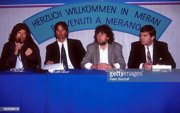 Reinhold Messner Arved Fuchs mit Sponsoren Pressekonferenz anlaeßlich seiner Rueckkehr aus der Antarktis Meran/Italien Mikro Mikrofon Mikrophon Bart...