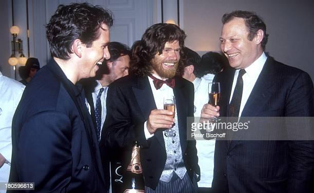 Reinhold Messner mit Partygaesten Feier anlaeßlich seiner Rueckkehr aus der Antarktis Suedtiroler Nacht Meran/Italien Glas Getraenk Smoking Fliege...