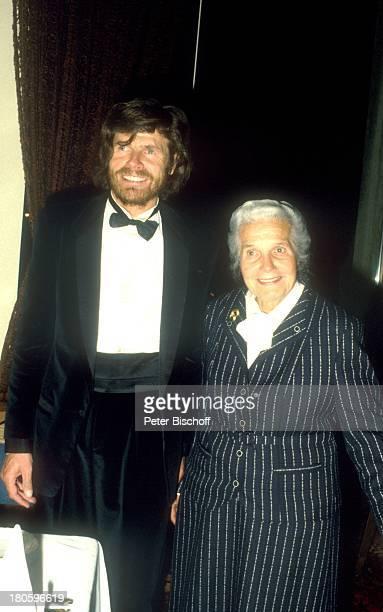 Reinhold Messner mit Partygast Feier anlaeßlich seiner Rueckkehr aus der Antarktis Suedtiroler Nacht Meran/Italien Glas Getraenk Smoking Fliege Bart...