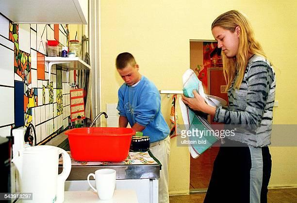 Reintegrationsprojekt für Schulverweigerer in der JeanPiagetOberschule in Berlin Hellersdorf Schüler beim Abwaschen
