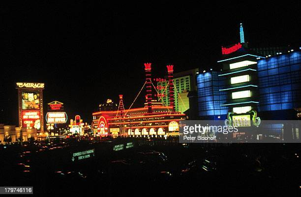 Reise Las Vegas/Nevada/Amerika/USA Blick auf den Strip und das Werbeschild vom HotelThe Mirage Nacht Nachtaufnahme BB