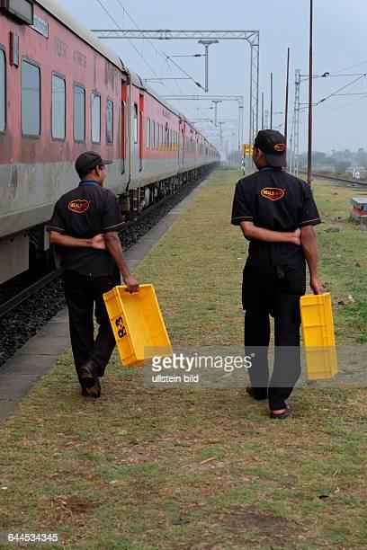 Reisen mit dem Rajdhani Express durch Indien Mitarbeiter des Cateringservice Meals On Wheals von Indian Railways auf dem Bahnhof von Umesh Nagar