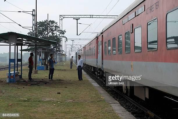 Reisen mit dem Rajdhani Express durch Indien Mitarbeiter von Indian Railways bei einer Pause auf dem Bahnhof von Umesh Nagar