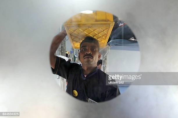 Reisen mit dem Rajdhani Express durch Indien Mitarbeiter von Meals on Wheels bieten den Reisenden im Nachtzug von Delhi nach Dibrugarh Speisen und...