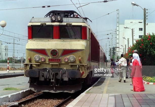Reisende auf einem Bahnsteig des Bahnhofs von Rabat warten auf einen einfahrenden Zug Aufgenommen am 2 Juni 1996
