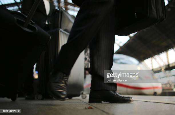 Reisende warten am in Köln am Bahnsteig auf einen ICE der Deutschen Bahn Bei der Lufthansa hat ein bundesweiter Warnstreik begonnen...
