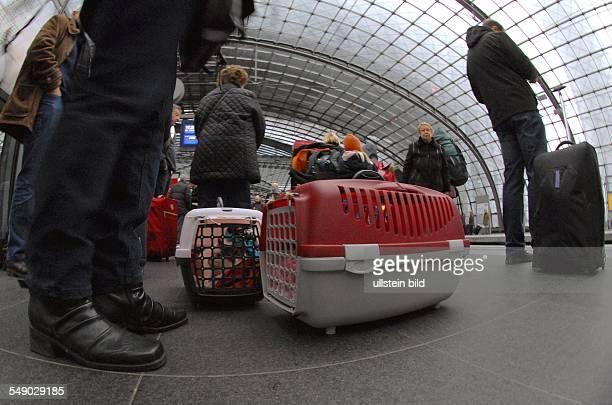 Reisende warten vor den Weihnachtsfeiertagen auf dem Bahnsteig des Hauptbahnhof Berlin