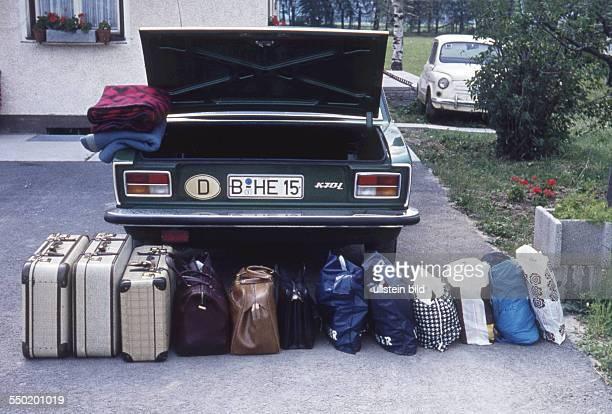 Reisevorbereitung Verreisen mit dem Auto Gepäck steht zum Verladen ins Auto VW K70 L bereit