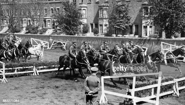Reitübungen einer englischen Militärschule Originalaufnahme im Archiv von ullstein bild