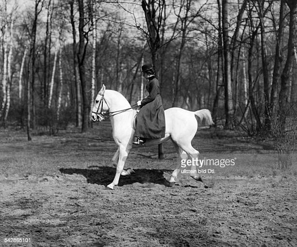 Reiterin im Berliner Tiergarten- undatiert, vermutlich 1916veröffentlicht: Dame 19/1916Foto: Conrad Hünich