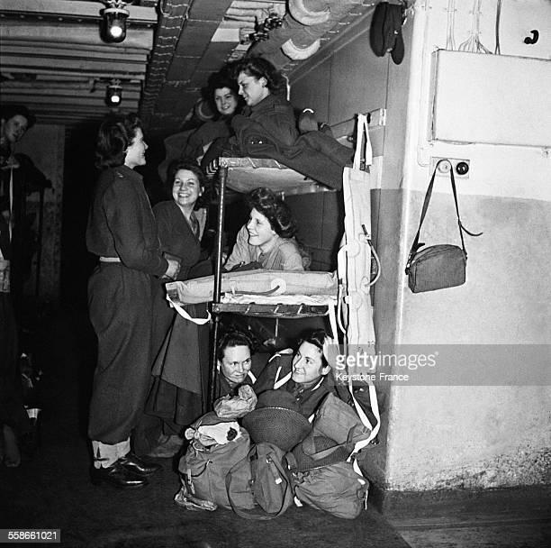Rejoignant les forces britannique en Belgique le commandant Mary Churchill fille du Premier ministre Winston Churchill discute avec de jeunes soldats...