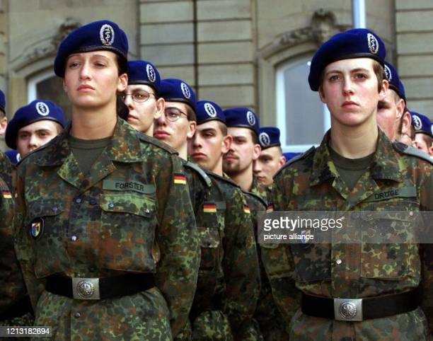 Rekruten der Bundeswehr werden vor dem Neuen Schloss in Stuttgart bei einem feierlichen Gelöbnis vereidigt In der ersten Reihe stehen zwei...