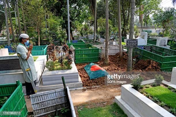 Relative seen praying in front of Sarah Kabori Grave after her funeral at Banani Graveyard in Dhaka. Bangladesh cinema legend Sarah Begum Kabori has...